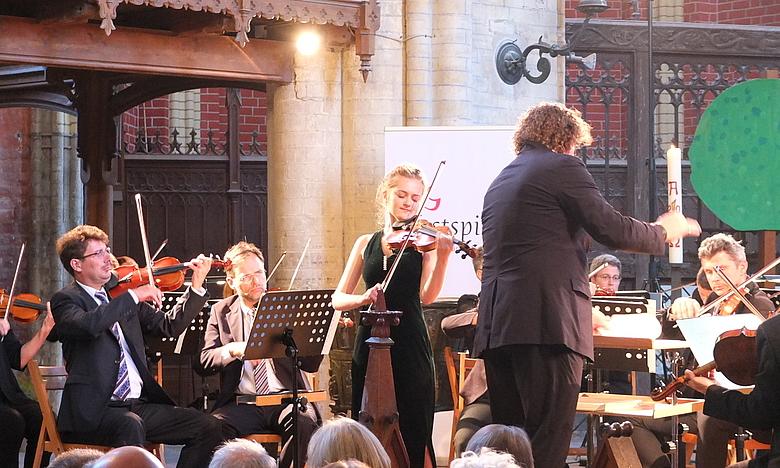 Noa Wildschut with the Norddeutsche Philharmonie Rostock